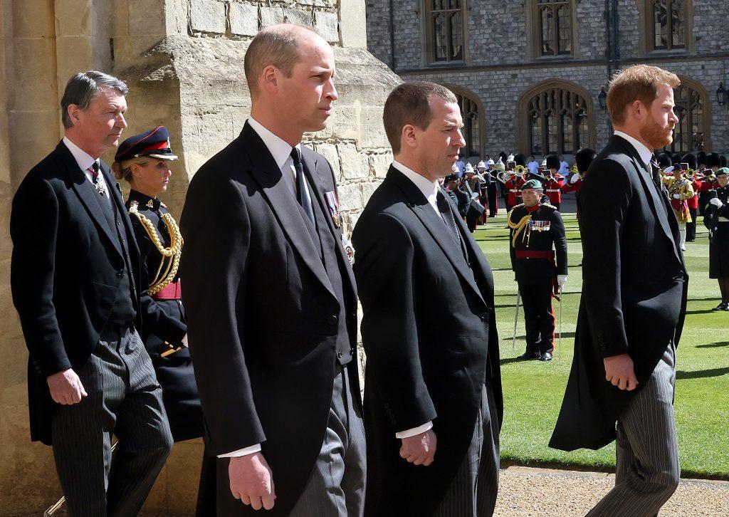 Le vice-amiral Sir Timothy Laurence, le prince William, duc de Cambridge, Peter Phillips, le prince Harry, duc de Sussex suivent le cercueil du prince Philip, duc d'Édimbourg pendant la procession cérémoniale lors des funérailles du prince Philip, duc d'Édimbourg au château de Windsor, le 17 avril 2021 à Windsor, en Angleterre.