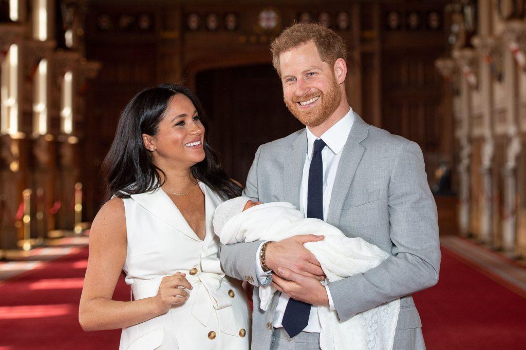 Le prince Harry, duc de Sussex (à droite), et son épouse Meghan, duchesse de Sussex, posent pour une photo avec leur nouveau-né, Archie Harrison Mountbatten-Windsor, dans le St George's Hall du château de Windsor.