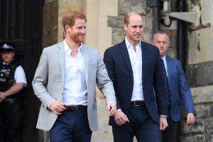 Le prince Harry et le prince William, duc de Cambridge, marchant avant le mariage royal du prince Harry et de Meghan Markle le 18 mai 2018 à Windsor, en Angleterre.