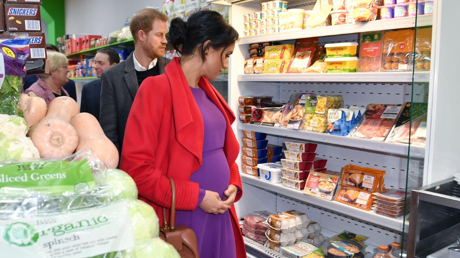 Le prince Harry, duc de Sussex, et Meghan, duchesse de Sussex, regardent les produits exposés à la vente lors de l'ouverture officielle de