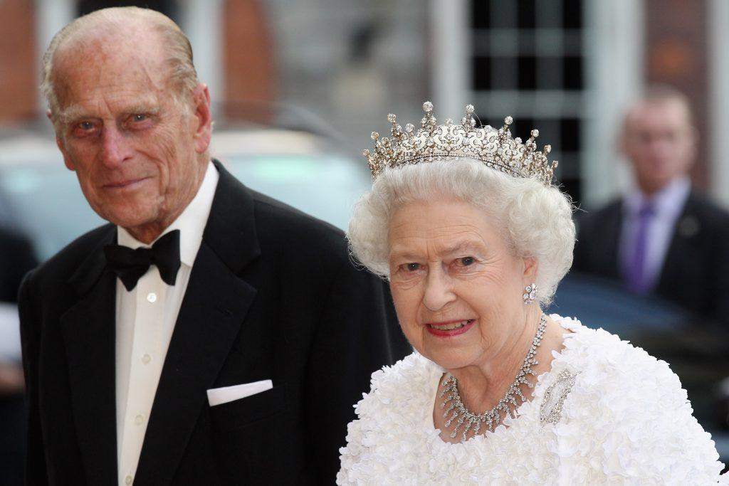 La reine Elizabeth II et le prince Philip, duc d'Édimbourg, arrivent pour assister à un banquet d'État au château de Dublin, le 18 mai 2011 à Dublin, en Irlande.