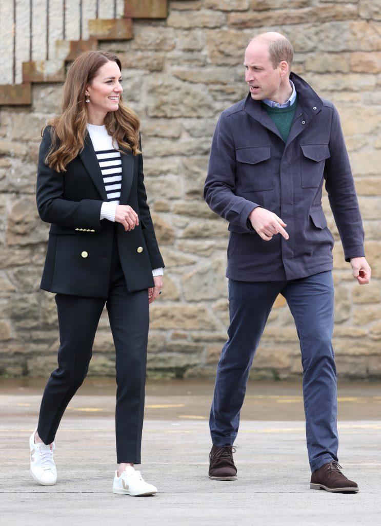 Catherine, duchesse de Cambridge et le prince William, duc de Cambridge, lors d'une visite où ils ont rencontré des pêcheurs locaux et leurs familles pour entendre parler du travail des communautés de pêcheurs, au sixième jour de leur visite d'une semaine en Écosse, le 26 mai 2021 à Fife, en Écosse.