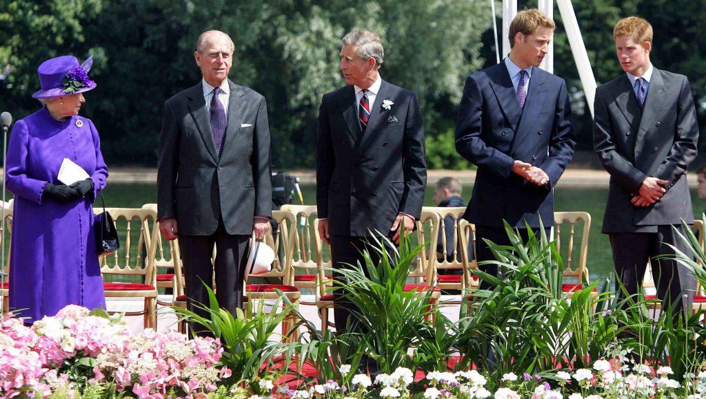 La Reine Elizabeth II avec le Prince Philip, le Prince Charles, le Prince William et le Prince Harry lors de l'inauguration d'une fontaine construite à la mémoire de Diana, Princesse de Galles, à Hyde Park à Londres.