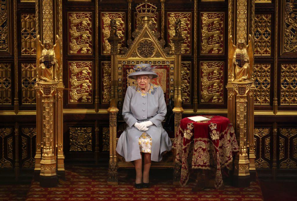 La reine Elizabeth II prononce le discours de la reine dans la Chambre des lords lors de l'ouverture officielle du Parlement.