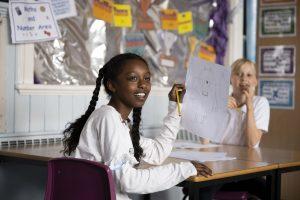 Jeune fille à l'école primaire au Pays de Galles alors que le port du masque devient obligatoire dans les écoles secondaires au Royaume-Uni.