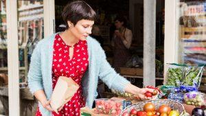Femme faisant ses courses de fruits et légumes frais