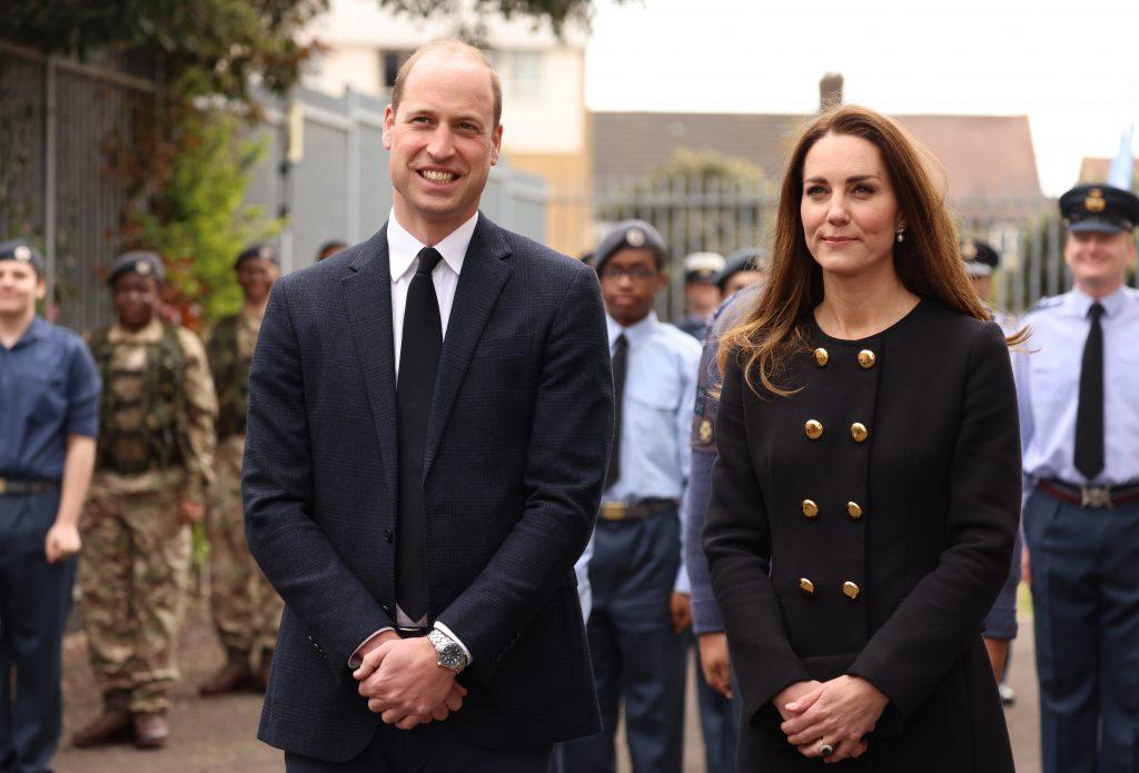 Le prince William, duc de Cambridge, et Catherine, duchesse de Cambridge, vêtus de noir en signe de respect suite au décès du duc d'Édimbourg, visitent le 282e escadron East Ham, Air Training Corps, à East London, le 21 avril 2021 à Londres, en Angleterre.