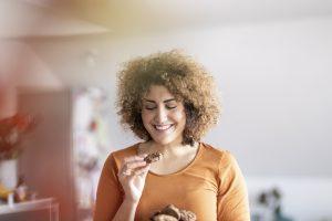 Femme mangeant un cookie