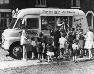 Des enfants se rassemblent autour d'un camion de crème glacée Mr Whippy.