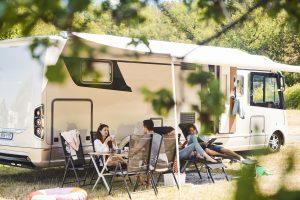 Une famille se détend à l'extérieur de son camping-car, maintenant que les parcs à caravanes sont réouverts.