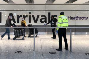 Passagers arrivant à l'aéroport d'Heathrow en provenance de pays figurant sur la liste de quarantaine des hôtels britanniques.