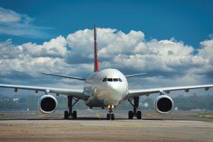 Atterrissage de l'avion à l'aéroport