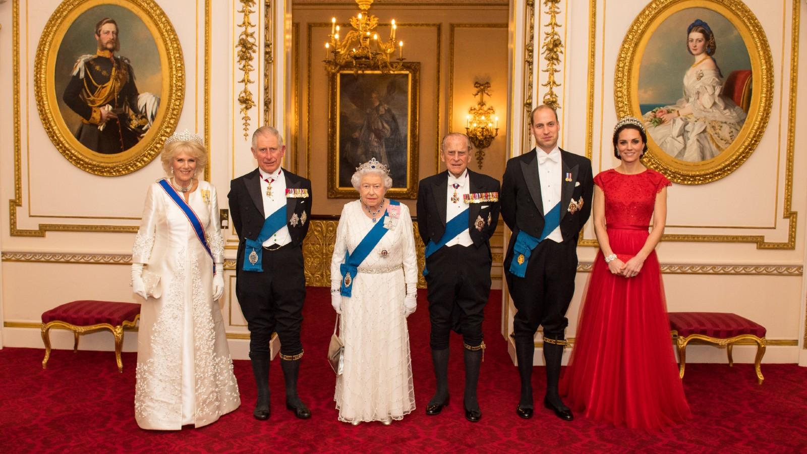 La Reine avec le Prince Philip, le Prince Charles, Camilla, le Prince William et Kate Middleton