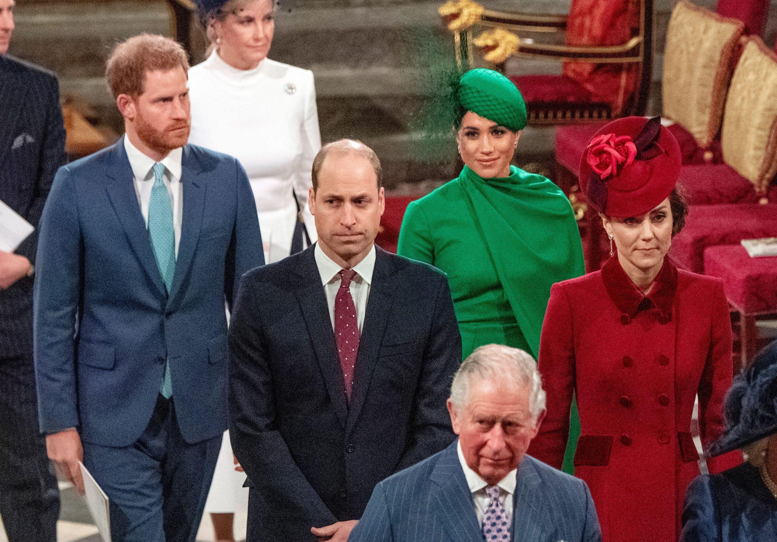 Le prince Harry, duc de Sussex (à gauche) et Meghan, duchesse de Sussex (2e à droite), suivent le prince William, duc de Cambridge (à droite) et Catherine, duchesse de Cambridge (à gauche), alors qu'ils quittent l'abbaye de Westminster après avoir assisté au service annuel du Commonwealth à Londres, le 9 mars 2020.