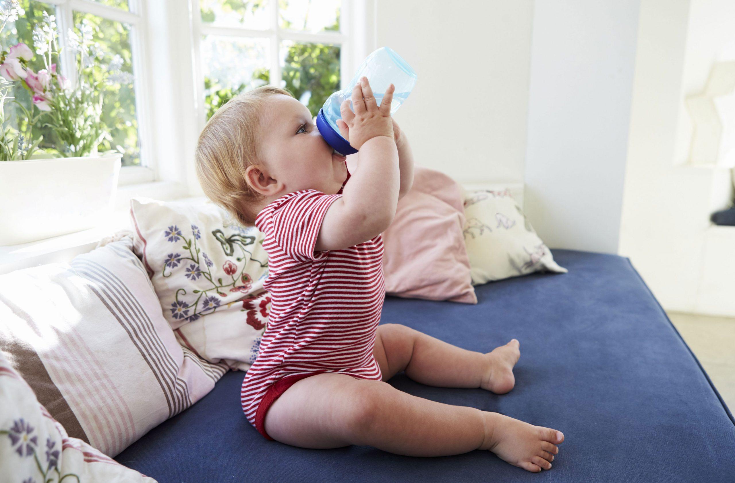 Augmenter leur hydratation est le moyen de refroidir un bébé par temps chaud.