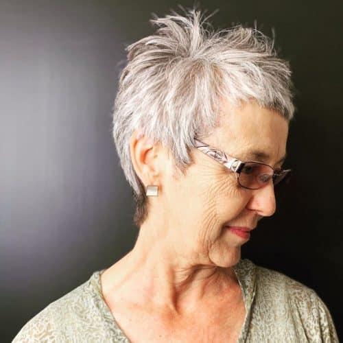 Coupe courte grise pour les femmes de plus de 50 ans avec des lunettes et des montures amusantes.