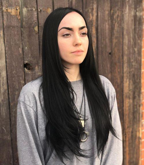 Cheveux noirs de jais sur une peau claire