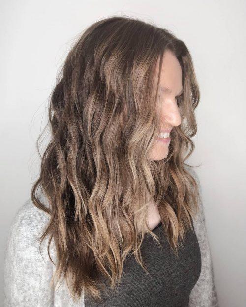 Lowlights pour cheveux bruns avec une texture Beachy Wave