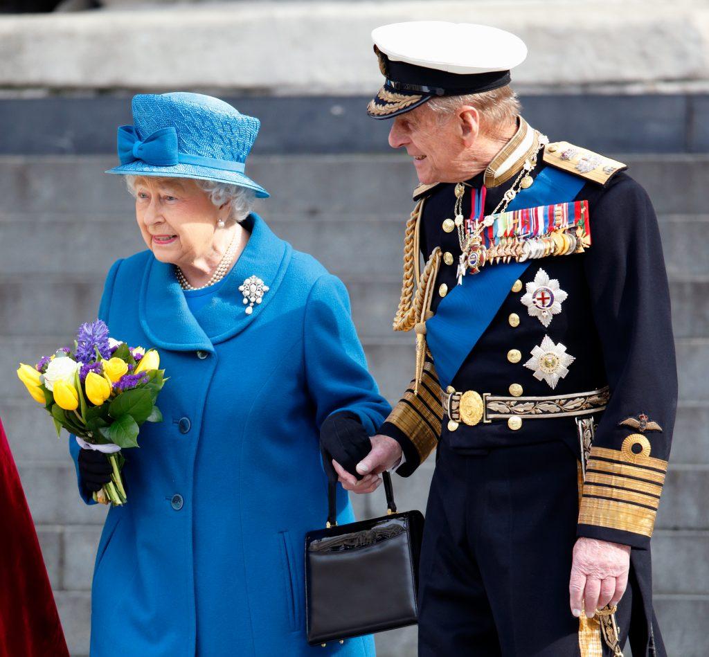 La reine Elizabeth II et le prince Philip, duc d'Édimbourg, se tiennent la main alors qu'ils quittent un service de commémoration pour marquer la fin des opérations de combat en Afghanistan à la cathédrale St Paul, le 13 mars 2015 à Londres, en Angleterre.