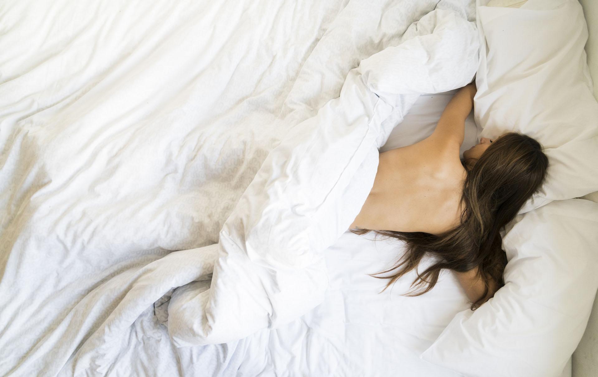 dormir nu est une façon de dormir dans la chaleur