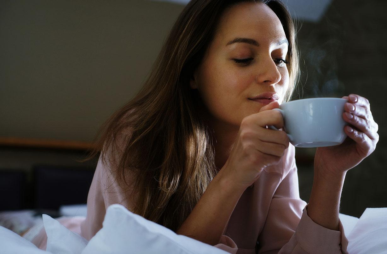 Boire une boisson chaude permet de dormir pendant une nuit chaude.