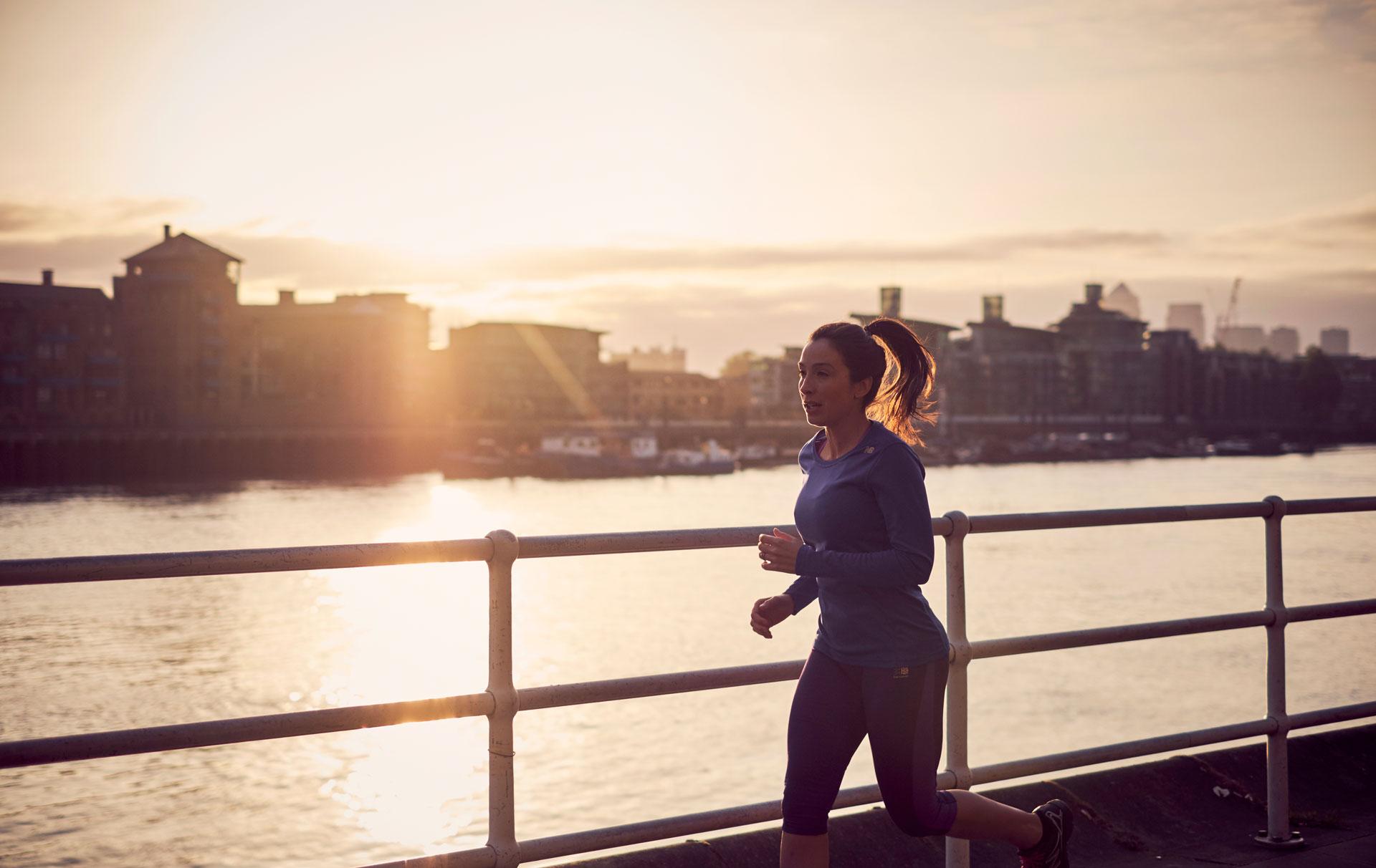 une femme faisant de l'exercice dehors