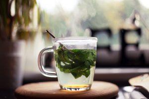 Le thé à la menthe poivrée, un des moyens de se rafraîchir rapidement