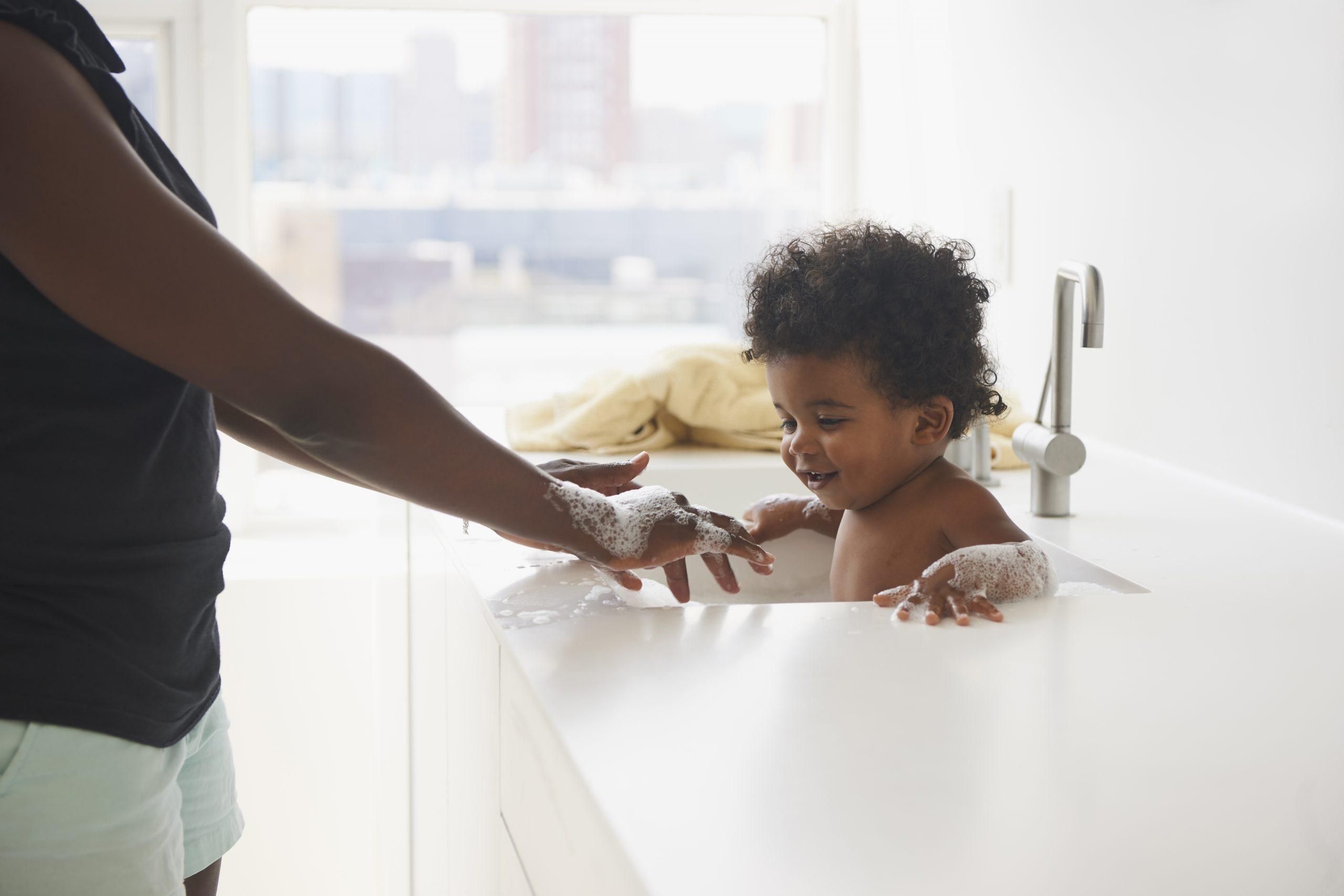Donner un bain à votre bébé, c'est comment rafraîchir un bébé par temps chaud.