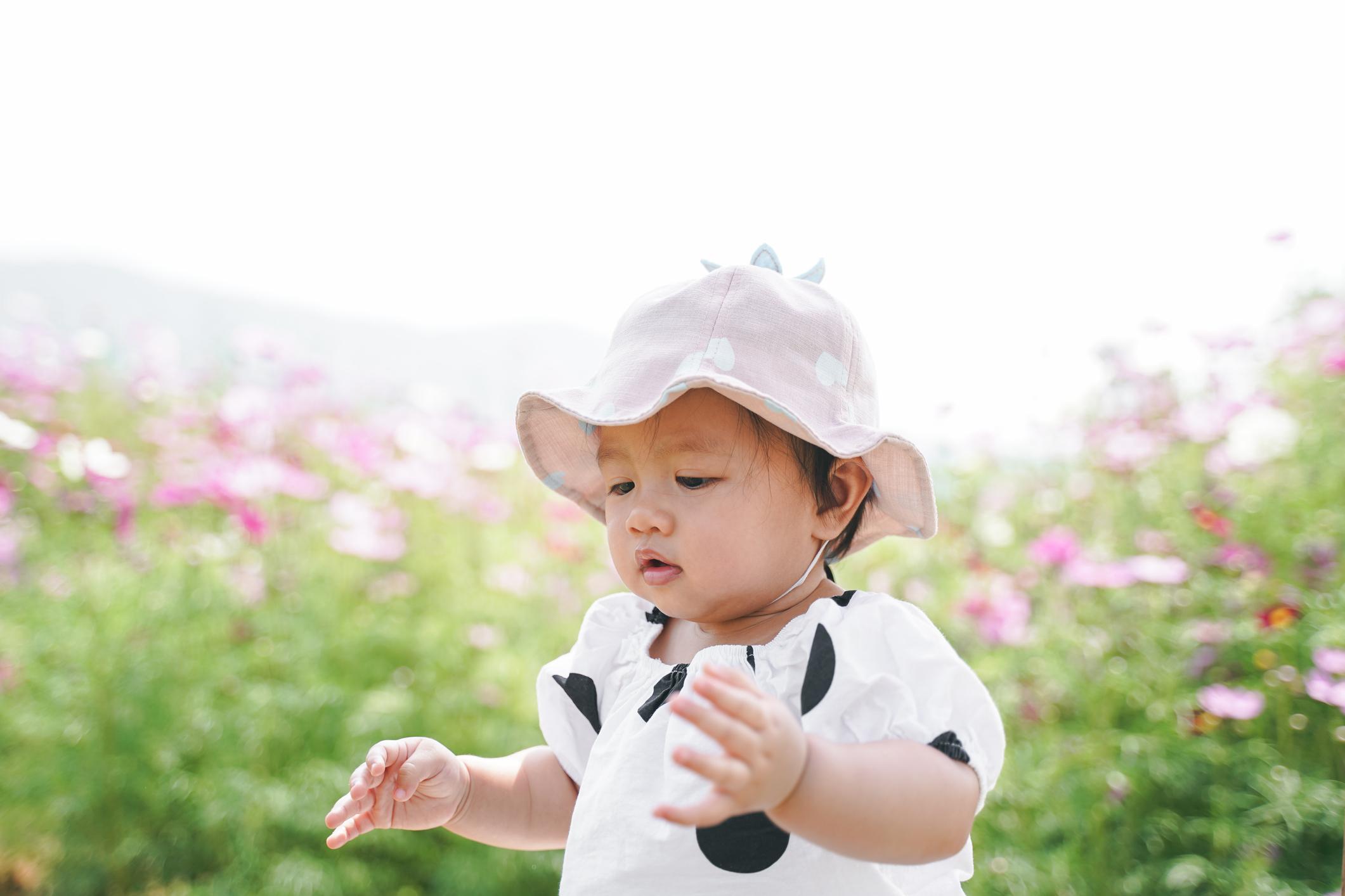 Un chapeau de soleil et des vêtements en coton permettent de rafraîchir un bébé en pleine chaleur.