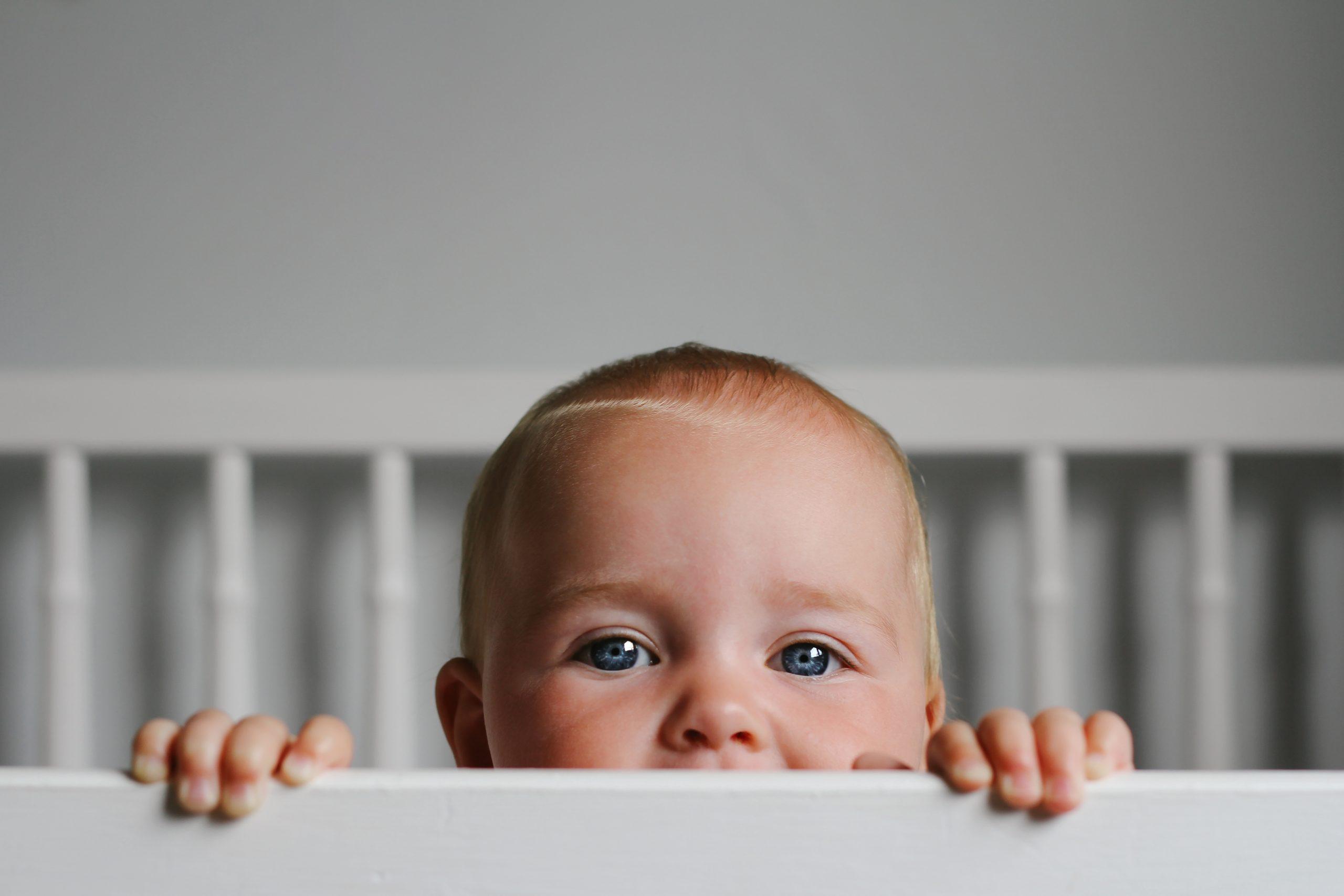 Gros plan d'un bébé dans un berceau.