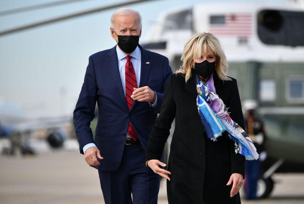 Le Président américain Joe Biden et la Première Dame Jill Biden arrivent à bord d'Air Force One avant le départ de la base aérienne d'Andrews dans le Maryland, le 27 février 2021.
