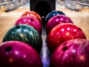 Boules de dix quilles alignées sur la piste de bowling.