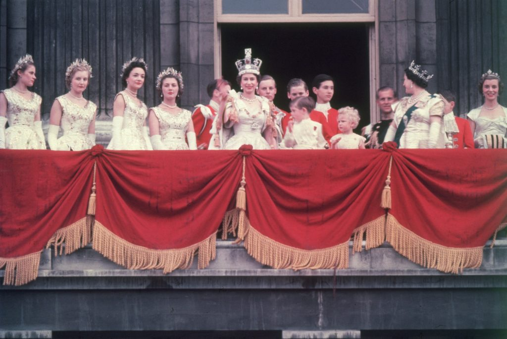 La reine Elizabeth II, nouvellement couronnée, salue la foule depuis le balcon du palais de Buckingham.