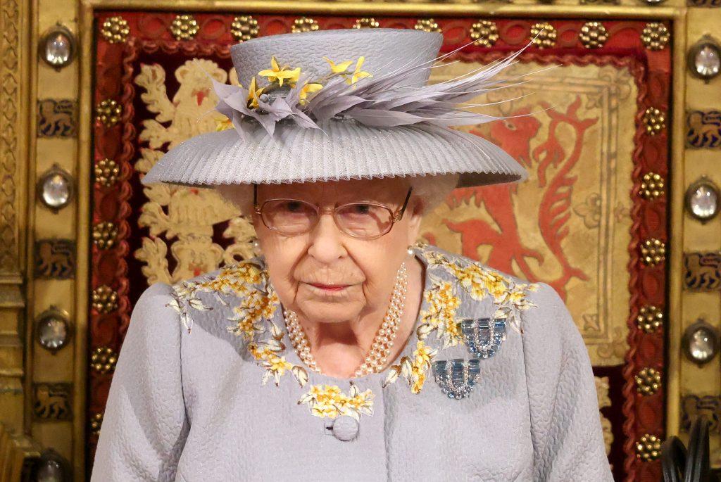 La Reine Elizabeth II prononce le discours de la Reine dans la Chambre des Lords lors de l'ouverture officielle du Parlement à la Chambre des Lords le 11 mai 2021 à Londres, en Angleterre.