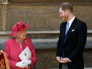 La Reine Elizabeth II s'entretient avec le Prince Harry, Duc de Sussex.