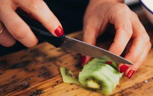 Femme-ligeant-kiwi-fruit