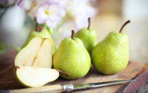 Cinq-poires-fraîches-une-tranche-aux-fruits-basse-calorie