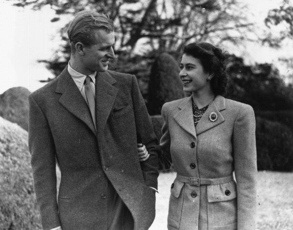 La princesse Elizabeth et le prince Philip, duc d'Édimbourg, se promenant pendant leur lune de miel à Broadlands, Romsey, Hampshire.