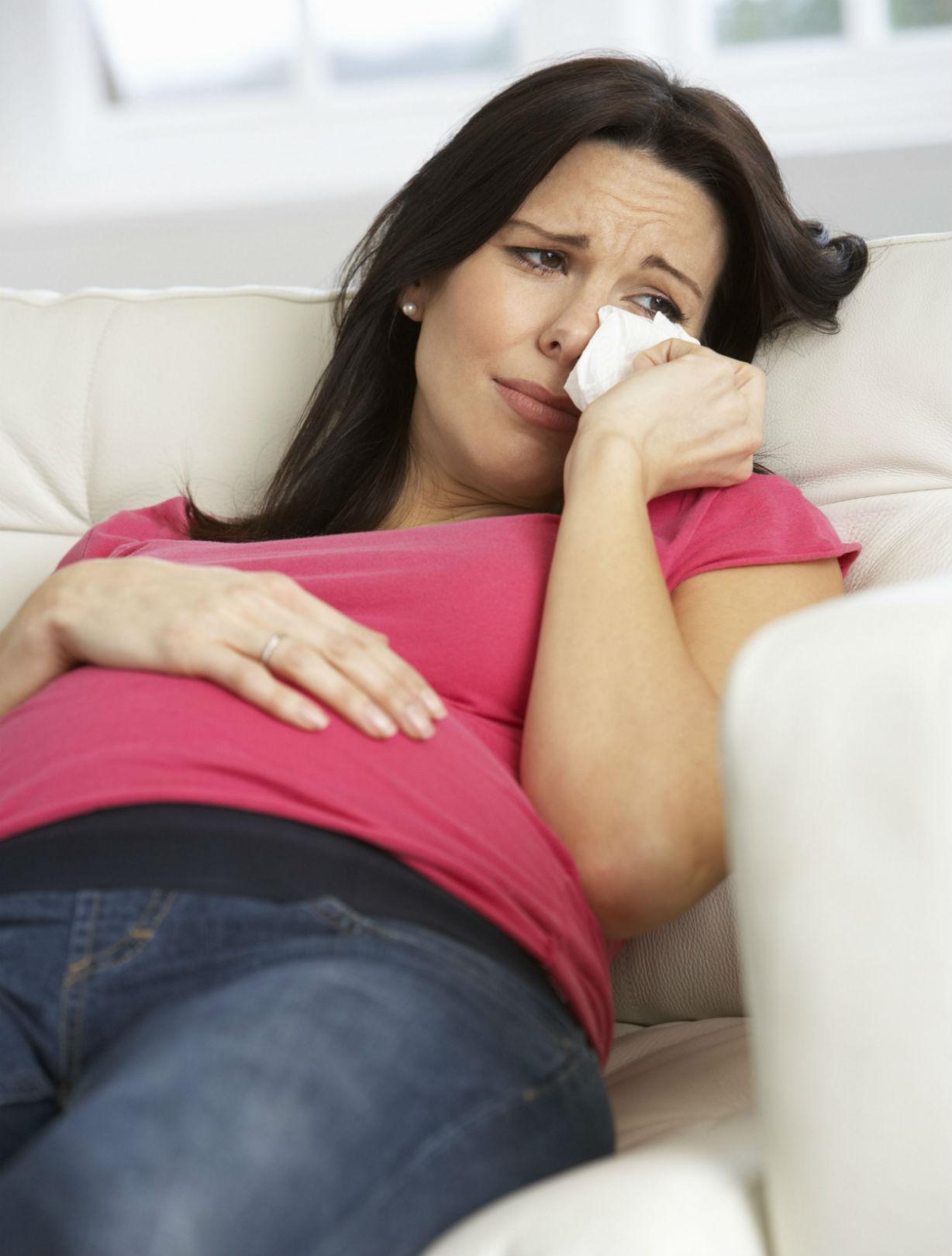 Une femme souffrant de rhume des foins pendant sa grossesse