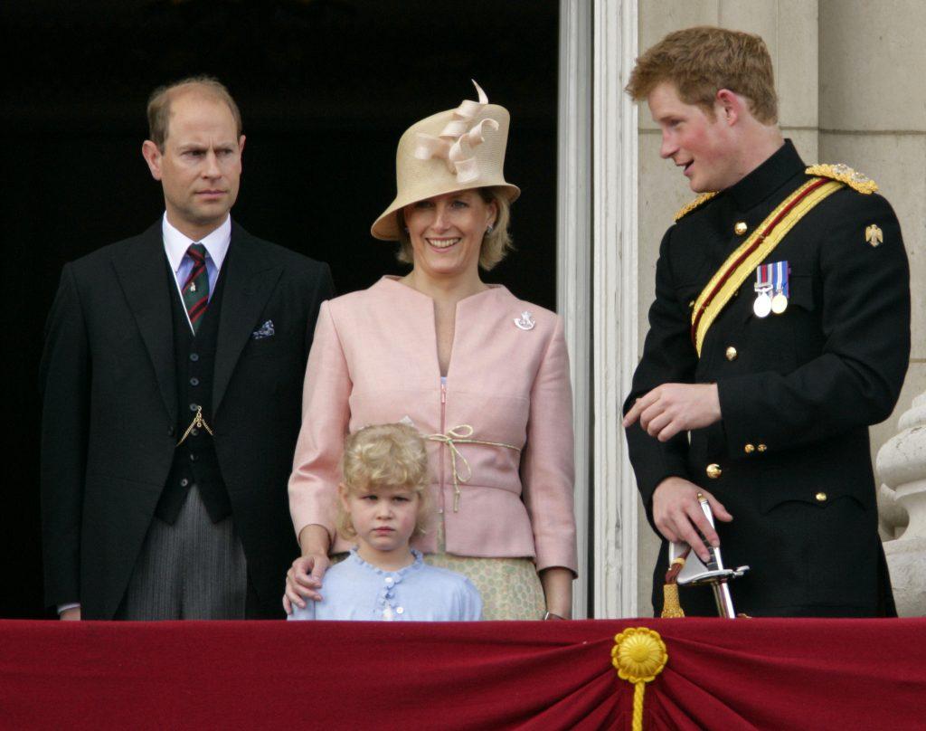 S.A.R. le Prince Edward, le Comte de Wessex, Lady Louise Windsor, S.A.R. Sophie Comtesse de Wessex et S.A.R. le Prince Harry sur le balcon du Palais de Buckingham lors de l'événement annuel du drapeau de la Reine du Premier Bataillon des Grenadiers de la Garde, à l'occasion de son anniversaire officiel, le 13 juin 2009 à Londres, Angleterre.