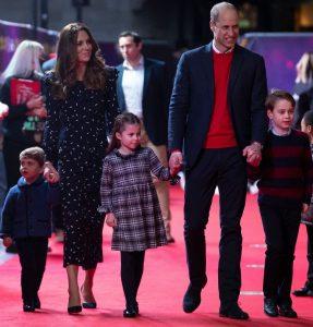 Le Prince Louis, Kate Middleton, la Princesse Charlotte, le Prince William et le Prince George lors d'une pantomime de Noël.