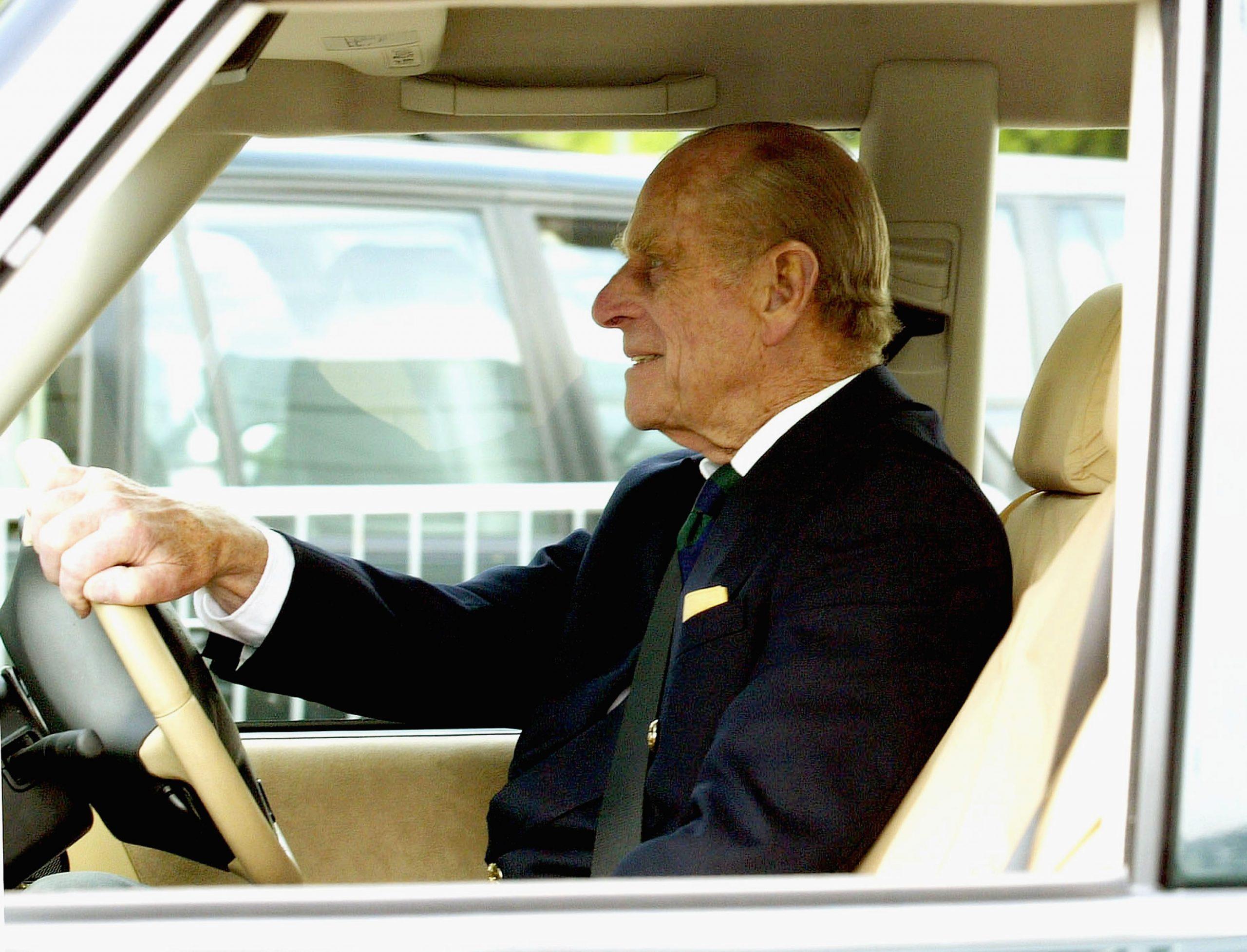 Le Prince Philip au volant d'une Land Rover