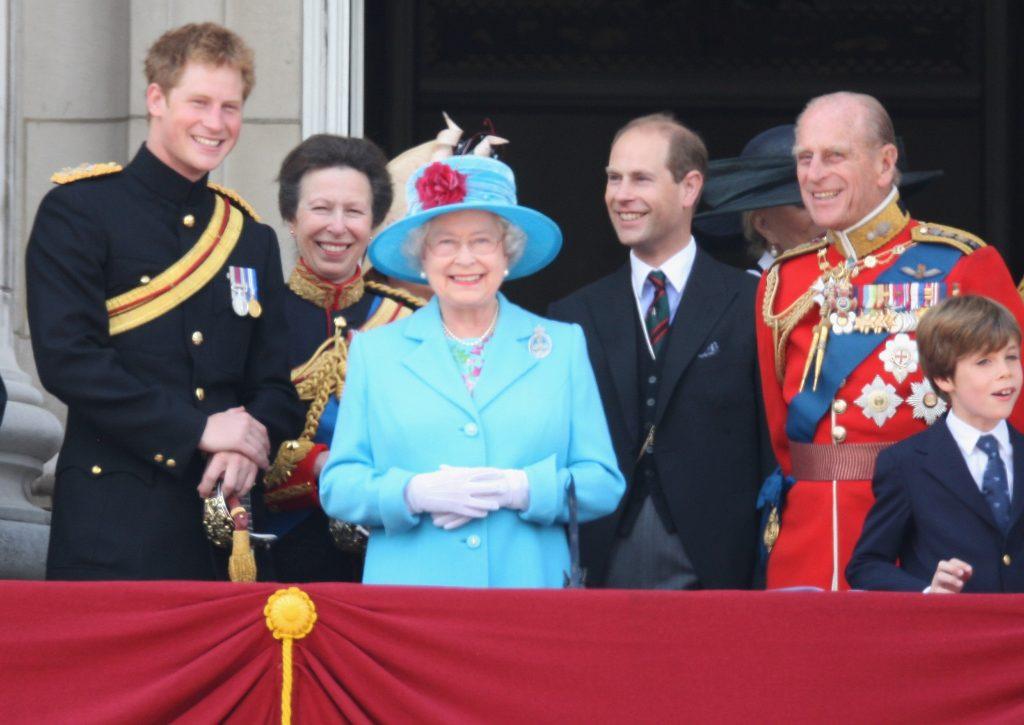 Le prince Harry, la princesse Anne, la princesse royale, le prince Edward, le comte de Wessex, Sophie, la comtesse de Wessex, Sa Majesté la Reine Elizabeth II et Son Altesse Royale le prince Philip, duc d'Édimbourg, rient avant d'assister à un défilé aérien au-dessus de Buckingham Palace après la cérémonie du drapeau, le 13 juin 2009.