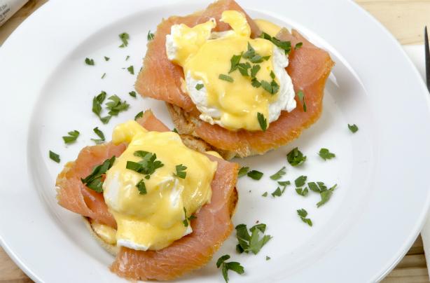 Muffins anglais avec œufs pochés et sauce hollandaise au persil