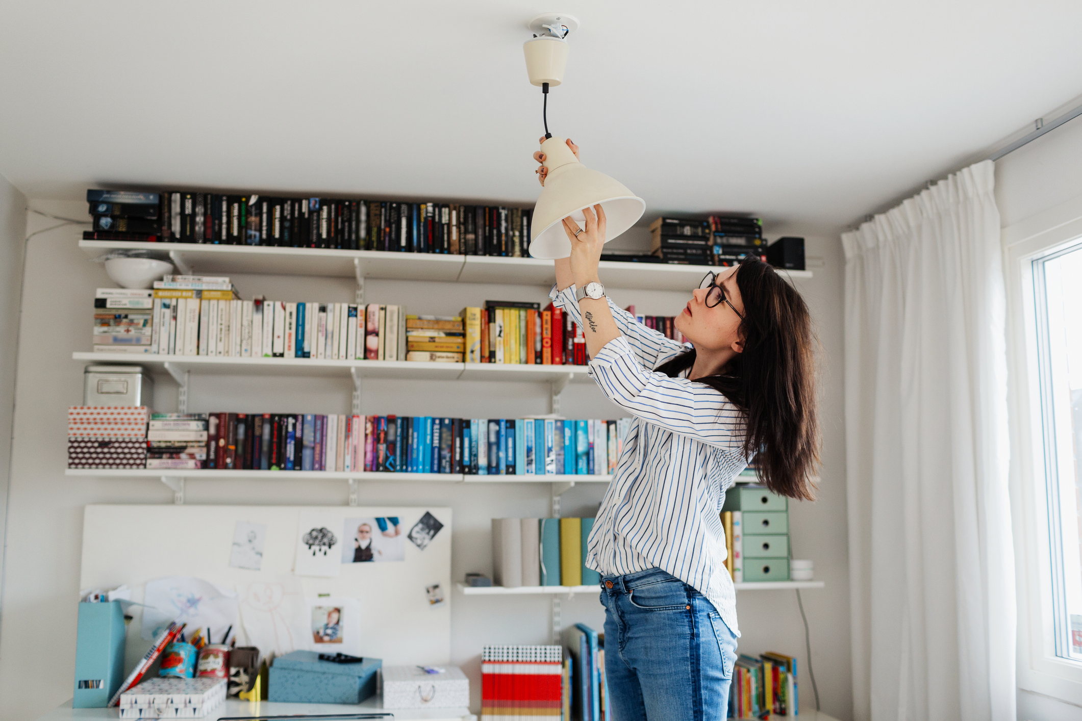 une femme changeant une ampoule