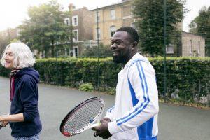 Un homme et une femme jouent au tennis alors que les mesures de confinement sont levées en Angleterre.