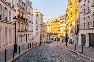 Une rue de Paris, France, où de nombreuses restrictions ont été levées.
