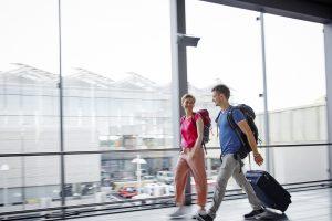 Des personnes marchent dans un aéroport alors que la levée du verrouillage permet de voyager vers les pays de la liste verte.