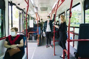 Des personnes portent des masques dans les transports publics alors que la feuille de route pour sortir de l'isolement commence à être déployée en Angleterre.