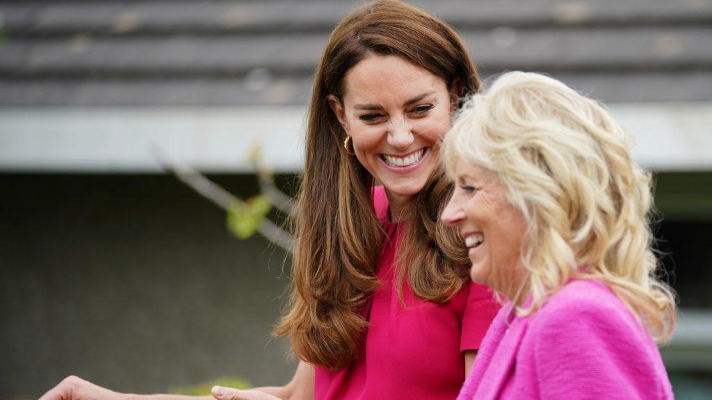 Catherine, duchesse de Cambridge (à gauche) et le Dr Jill Biden, première dame des États-Unis, lors d'une visite à la Connor Downs Academy, pendant le sommet du G7 en Cornouailles, le 11 juin 2021 à Hayle, dans l'ouest des Cornouailles, en Angleterre.